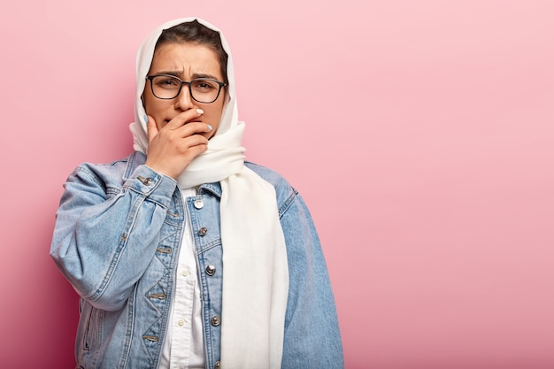 Moslimvrouw denim jasje dragen