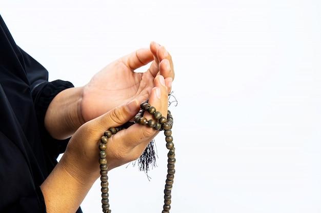 Moslimvrouw die bidt voor allah, moslimgod