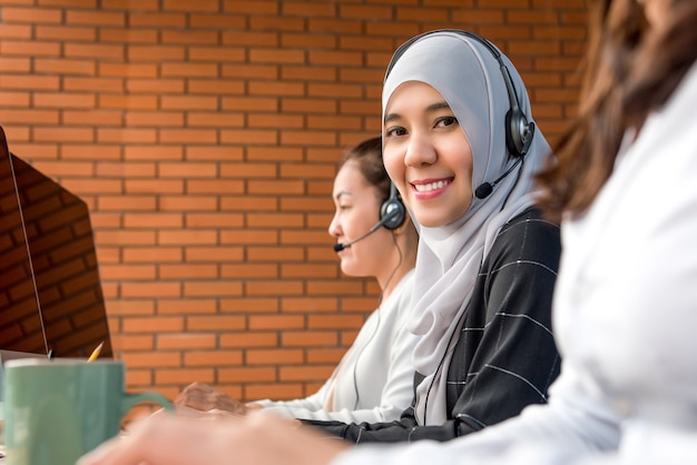 Moslimvrouw die in call centre werkt