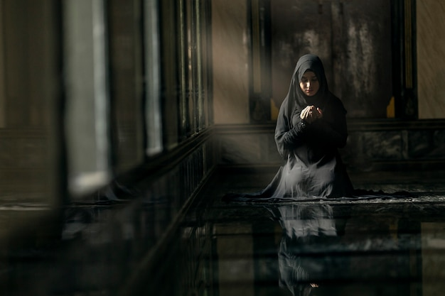 Moslimvrouw die in moskee bidt