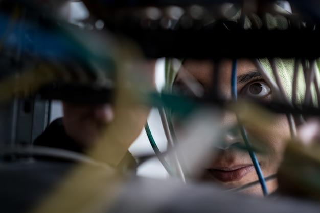 Moslimvrouw die kabels in gegevenscentrum herstelt