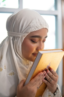 Moslimvrouw die koran kust
