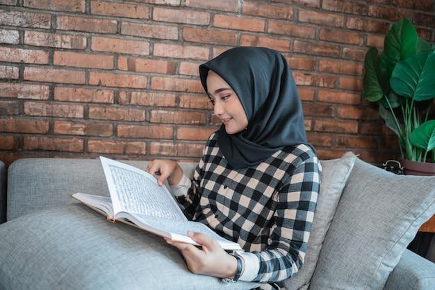 Moslimvrouw die koran leest
