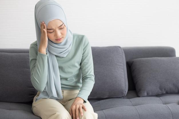 Moslimvrouw die zich ziek voelt