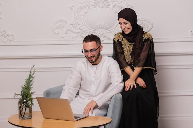 Moslimvrouw en -man. close-up portret van een jong arabisch meisje en man in traditionele kleding.