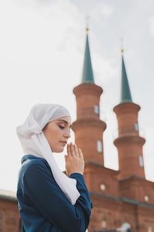 Moslimvrouw gebed draag hijab vasten bid tot allah op moskee