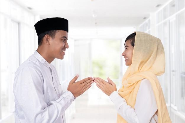 Moslimvrouw hand aanraken van groet