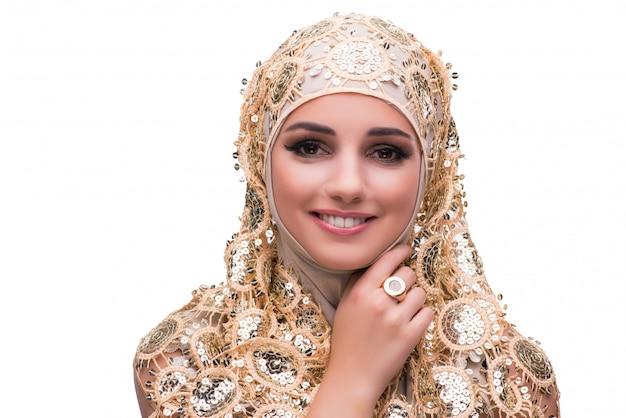 Moslimvrouw in geïsoleerde gouden dekking