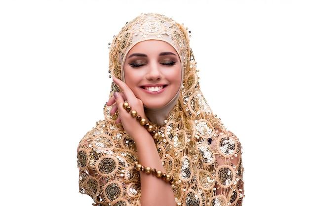 Moslimvrouw in manierconcept op wit wordt geïsoleerd dat