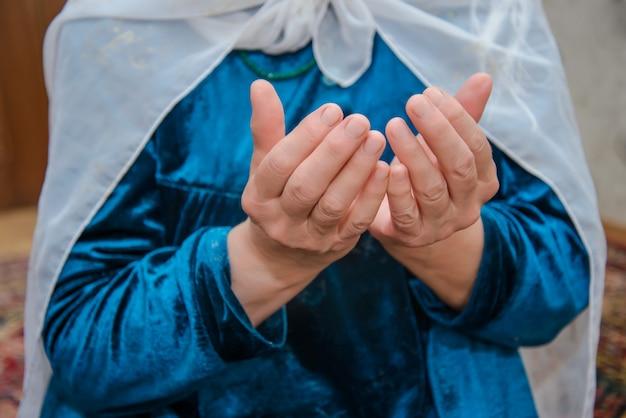 Moslimvrouw leest gebeden