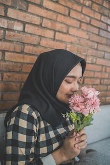Moslimvrouw met bloemen