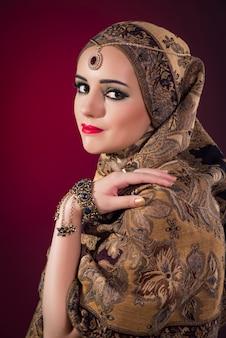 Moslimvrouw met mooie sieraden Premium Foto