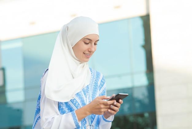 Moslimvrouw praten over de telefoon