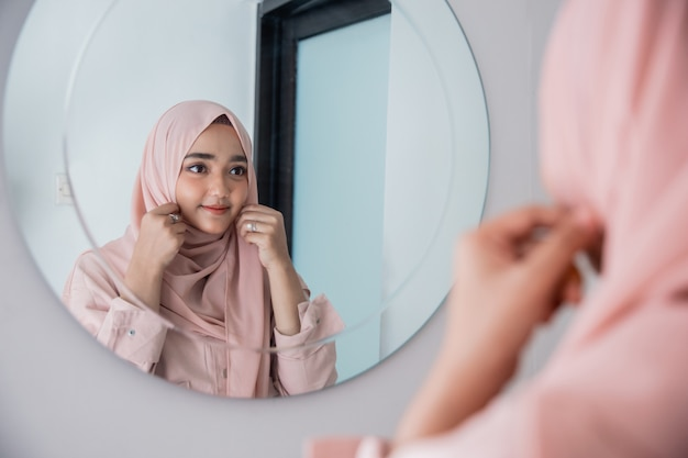 Moslimvrouw vormt zichzelf in de spiegel