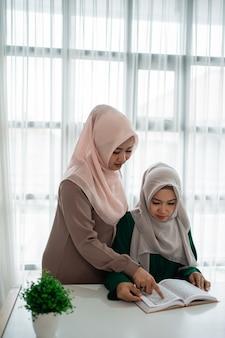 Moslimvrouwen bestuderen en lezen het heilige boek al-koran