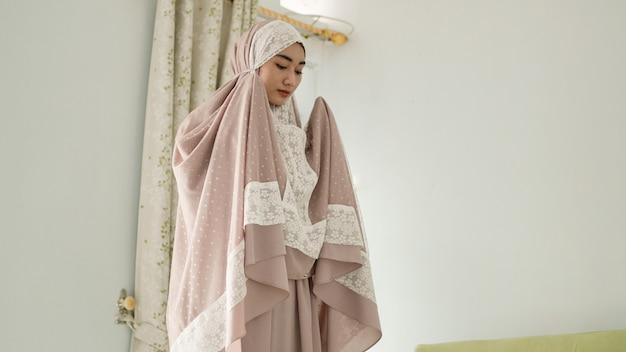 Moslimvrouwen bidden met een mukenah