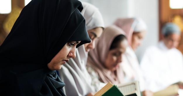 Moslimvrouwen die koran in de moskee lezen tijdens de ramadan