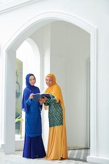 Moslimvrouwen die koran lezen