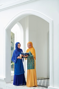 Moslimvrouwen die quaran lezen