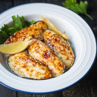 Mosselen gebakken roomkaas saus zeevruchten maaltijd snack op tafel kopieer ruimte voedsel achtergrond rustiek