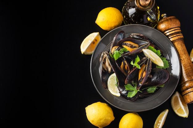 Mosselen in wijn met peterselie en citroen. zeevruchten.