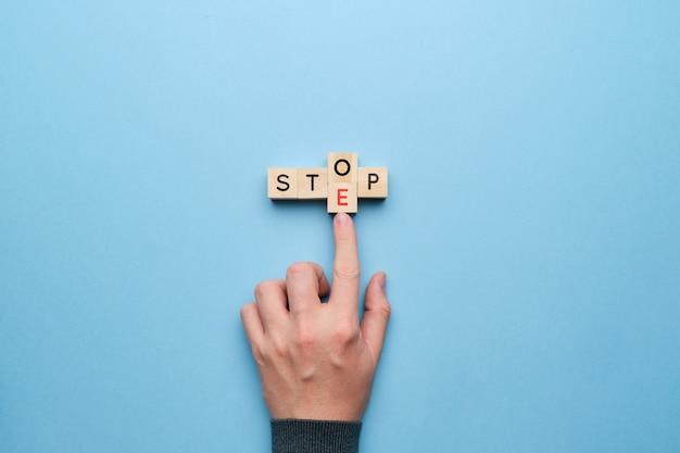 Motiverende bedrijfsconcept. verander de stop om op de houten kubus te stappen.