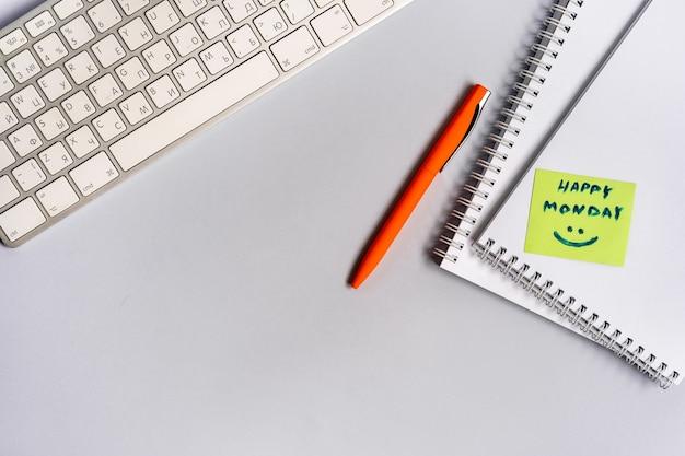 Motiverende en inspirerende citaten op uw desktop-toetsenbord happy monday