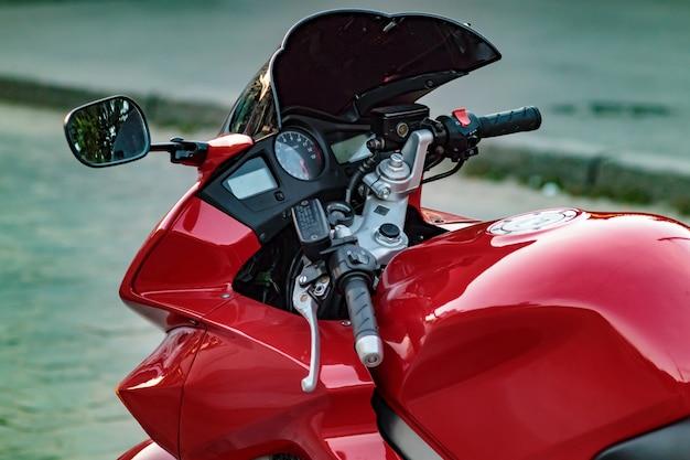 Motobike-ontwerp zijkant close-up, snelheidsmeter en toerenteller.