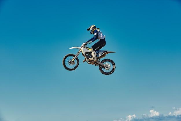 Motocross concept, een fietser gaat off-road en maakt extreem skiën. bij het nastreven van adrinalin, sportconcept. gevaarlijke sport.