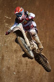Motocross dirtbike in de lucht