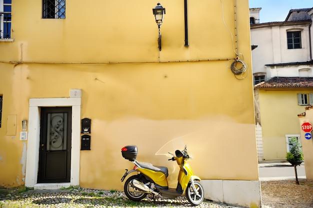 Motor op een straat van trastevere, rome, italië