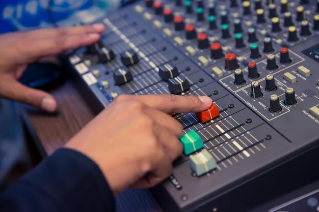 Motor past het schuifvolume aan op de sound mixer.