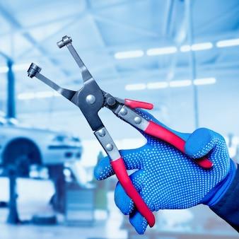 Motor repareren bij tankstation. auto reparatie.