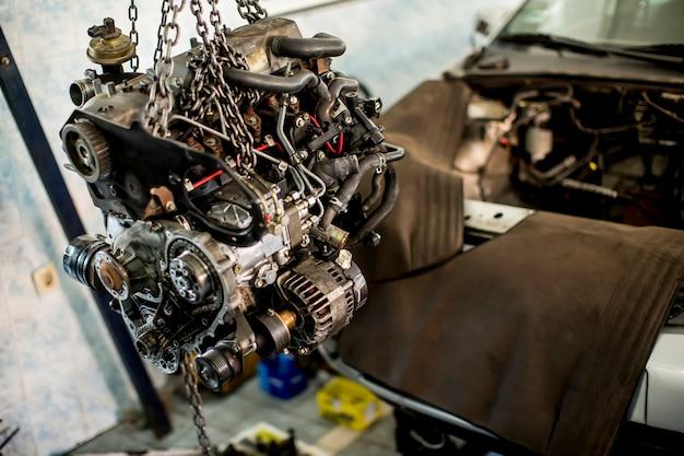 Motor van een auto in dienst