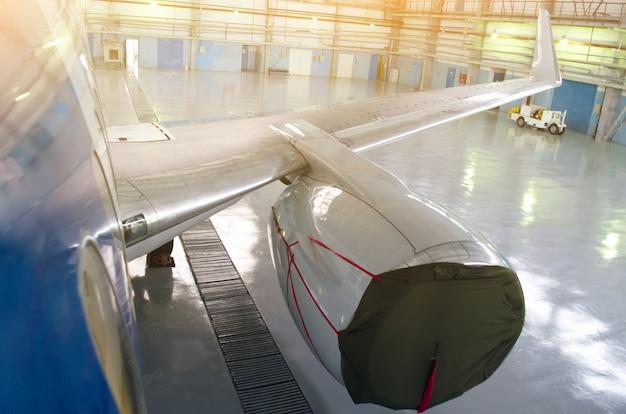 Motor van het vliegtuig in het deksel op reparatie service-onderhoud.