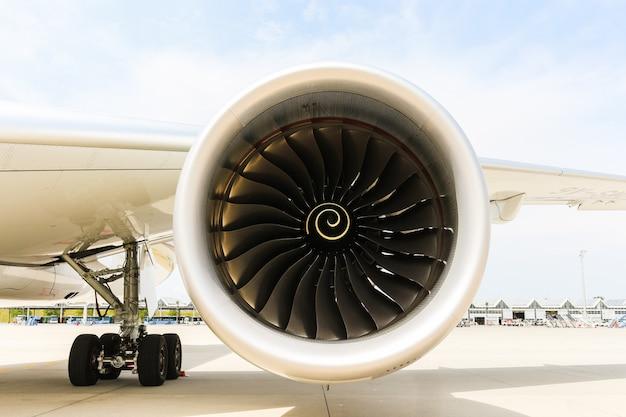 Motor van modern passagiersjetvliegtuig. roterende ventilator en turbinebladen.