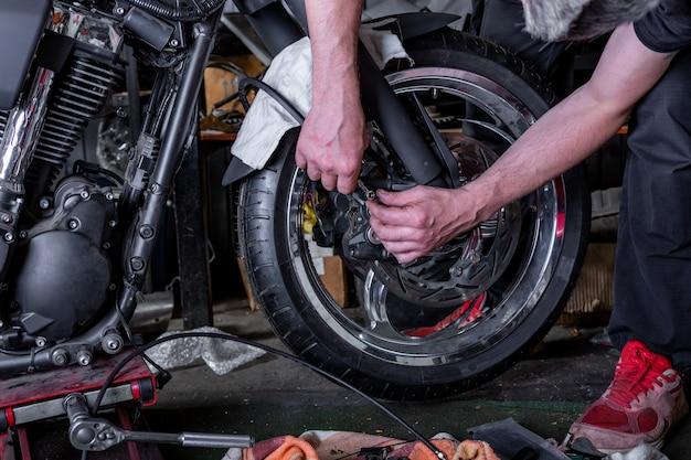 Motorband repareren met reparatieset, bandenplugreparatieset voor tubeless banden.