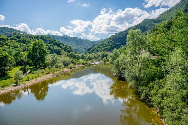 Motorboot brengt toeristen naar de schilderachtige plekjes van de prachtige rivier.