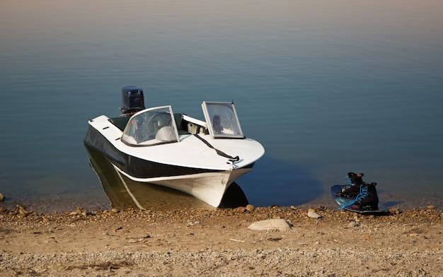 Motorboot en waterschap aan de kust