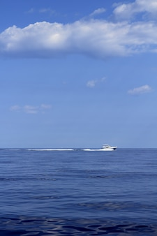 Motorboot fisherboat kruissnelheid op blauwe zee