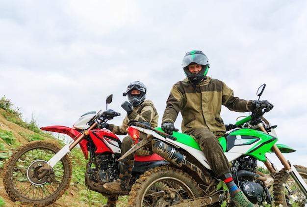 Motorcross racers op landschap