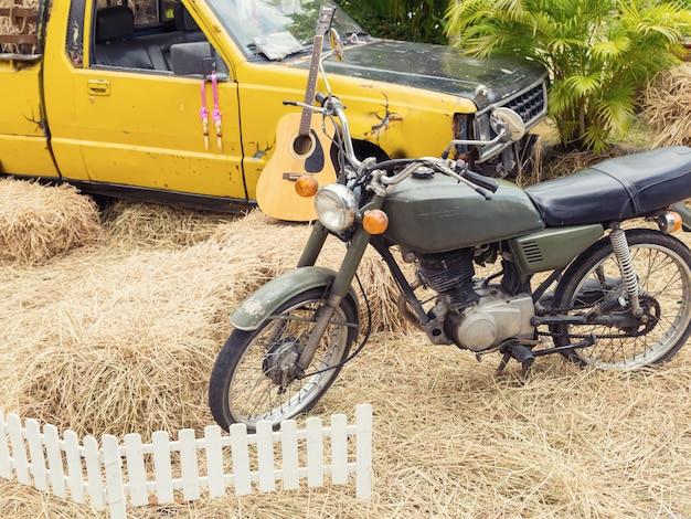 Motorfiets en vrachtwagendecoratie bij padieveld