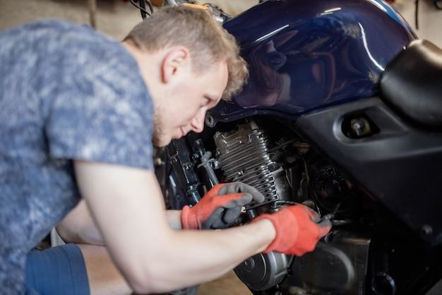Motorfiets motor reparatie in de garage diagnostiek