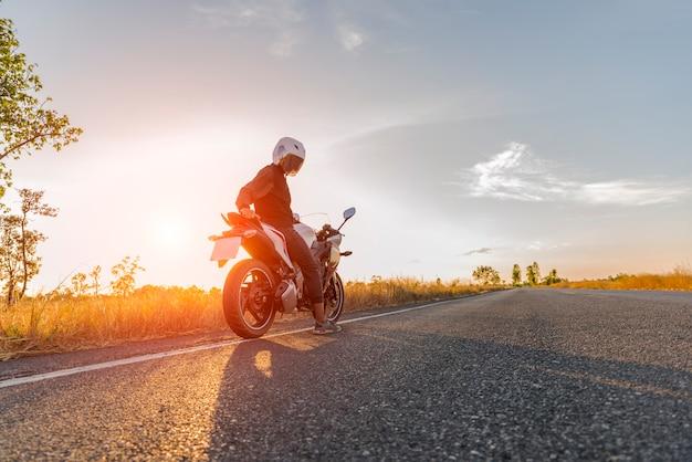 Motorfiets op zonsondergang