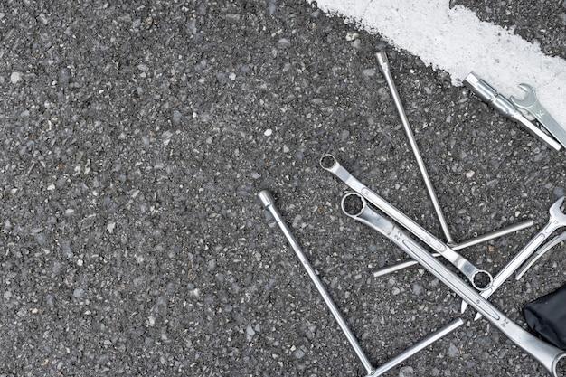 Motorfiets reparatie tools op de weg. bovenaanzicht. plat leggen