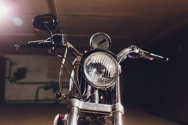 Motorfietsen op de vloer met werkplaatsgereedschap, een moderne garage, opslag en reparatie. deze fiets zal perfect zijn. repareren van een motorfiets in een reparatiewerkplaats.