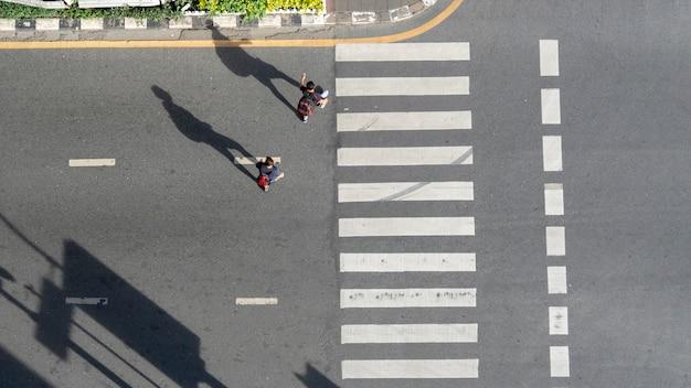 Motorfietsen passeren voetgangers oversteekplaats in de stad