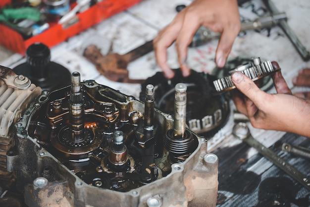Motorfietsen werken gerepareerd door monteur in garage reparatieservice.