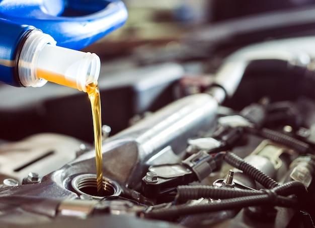 Motorolie gieten naar automotor.