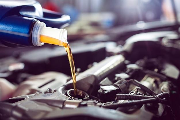 Motorolie gieten naar motor van een auto.
